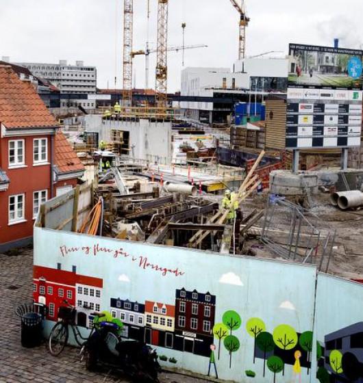 'Mission Red Odense':  Fyn med hovedstaden Odense i spidsen er en af de hårdeste ramte regioner i Danmark med stor arbejdsløshed – også selv om finanskrisen er overstået. Men i de kommende fem år bliver der investeret historiske 34 milliarder kroner i Odense og omegn. Det er et byggeboom baseret på blandt andet nye bydele, letbane og supersygehus.  Her skal der tages billede fra byggepladsen på Thomas B. Thrigesgade midt i Odense, som er symbolet på forandringen, til PS.  Der skal også tages billede af to unge fra Korsløkkeparken, som er billedet på Odenses store udfordring: Hvordan sikrer regionen, at de over 5.000 arbejdsmarkedsparate arbejdsløse i Odense også kan varetage de mange job, så de ikke kun går til østeuropæiske håndværkere og ufaglærte?  De to unge er Per Skareløkke Heinrich 30485887 og Abdi Awil Ali 50444753, som har fået chancen for et job i forbindelse med ombygningen af Korsløkkeparken.  Kontakt Lars Halskov 26253823 for at aftale et fototidspunkt.